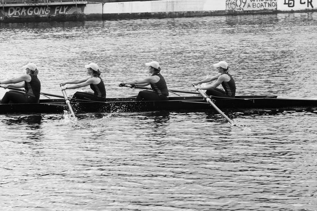 Equipe ramant ensemble sur un aviron